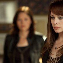 Lady Heather (Melinda Clarke) con alle spalle Sarah (Jorja Fox) nell'episodio Unleashed di CSI: Scena del crimine