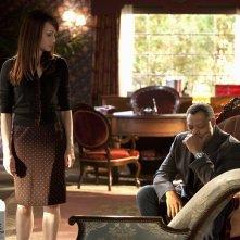 Lady Heather (Melinda Clarke) e un pensieroso Langston (Laurence Fishburne) in: Unleashed di CSI: Scena del crimine