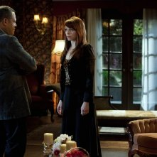 Langston (Laurence Fishburne) parla con Lady Heather (Melinda Clarke) nell'episodio Unleashed di CSI: Scena del crimine