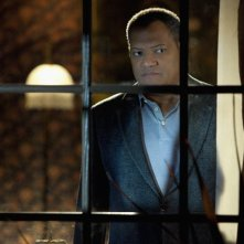 Laurence Fishburne affacciato a una finestra in una scena dell'episodio Unleashed di CSI: Scena del crimine