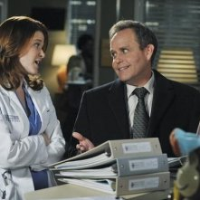Peter MacNicol e Sarah Drew in una scena dell'episodio Not Responsible di Grey's Anatomy