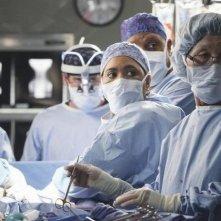Una scena di gruppo dell'episodio Song Beneath the Song di Grey's Anatomy