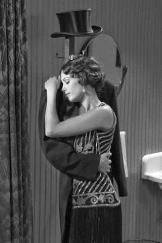 Bérénice Bejo in una curiosa scena di The Artist