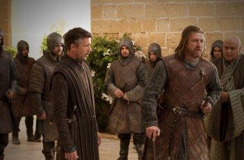 Aidan Gillen e Sean Bean in una scena dell'episodio Your Win or You Die di Game of Thrones