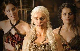 Emilia Clarke in una scena dell'episodio Your Win or You Die di Game of Thrones