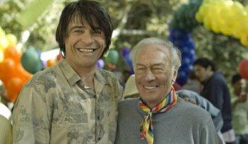 Goran Visnjic e Christopher Plummer in un'immagine del film Beginners