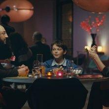 Il piccolo Gaspard Meier tra Kad Merad e Michèle Laroque nel film Monsieur Papa