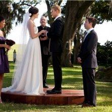 Kellan Lutz e Mandy Moore nel momento del si' in Love, Wedding, Marriage