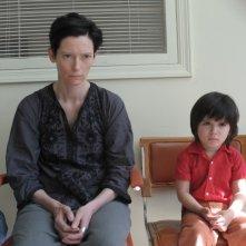 Tilda Swinton e il piccolo Jasper Newell in una scena di We Need To Talk About Kevin