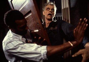 Una scena tratta dal remake del 1990 di La notte dei morti viventi