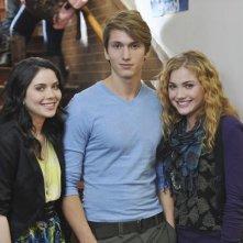 Grace Phipps, Benjamin Stone e Skyler Samuels nella serie The Nine Lives of Chloe King