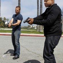 Chris O'Donnell e LL Cool J armati di pistola nell'episodio Imposters di NCIS: Los Angeles