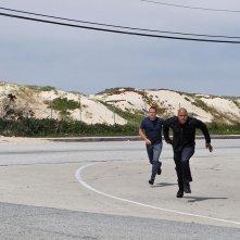 Chris O'Donnell e LL Cool J durante una missione nell'episodio Imposters di NCIS: Los Angeles