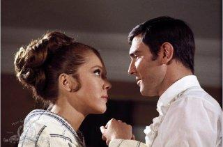 Diana Rigg e George Lazenby in una scena del film Agente 007, al servizio segreto di sua maestà