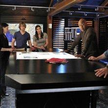 La squadra lavora ad un caso nell'episodio Familia di NCIS: Los Angeles