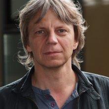 Un primo piano del regista Andreas Dresen sul set del suo Halt auf freier Strecke