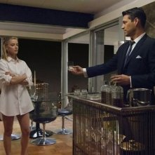 Amber Heard e Eddie Cibrian in una scena della serie drammatica The Playboy Club