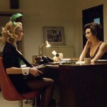Amber Heard e Laura Benanti in una scena della serie drammatica The Playboy Club
