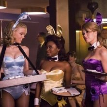 Amber Heard e Naturi Naughton in una scena della serie The Playboy Club