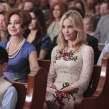 Annie Potts e Leslie Bibb in una scena del pilot di Good Christian Belles