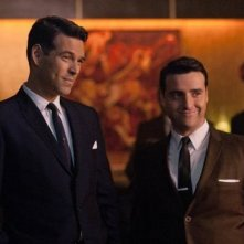 David Krumholtz e Eddie Cibrian in una scena della serie The Playboy Club
