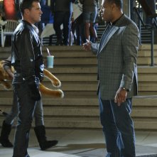 George Eads parla con Laurence Fishburne nell'episodio Cello And Goodbye di CSI: Scena del crimine