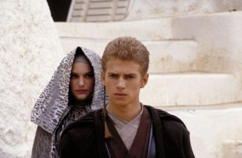 Hayden Christensen e Natalie Portman in una scena de L'attacco dei cloni