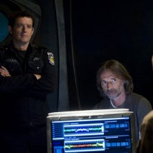 Justin Louis e Robert Carlyle guardano French Stewart nell'episodio Alliances di Stargate Universe