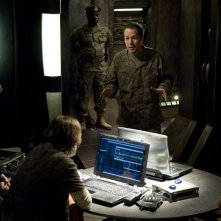 Justin Louis, French Stewart e Robert Carlyle discutono nell'episodio Alliances di Stargate Universe