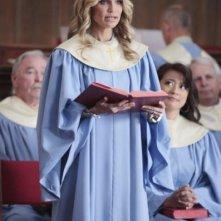 Kristin Chenoweth durante una scena del primo episodio della serie Good Christian Belles