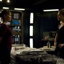 La Senatrice Michaels (Kathleen Quinlan) e TJ (Alaina Kalanj) nell'episodio Alliances di Stargate Universe