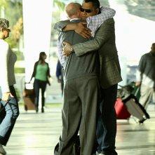 Laurence Fishburne abbraccia Robert David Hall in: Cello And Goodbye di CSI: Scena del crimine