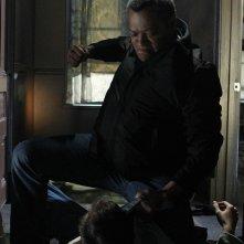 Laurence Fishburne atterra Bill Irwin nell'episodio In A Dark, Dark House di CSI: Scena del crimine