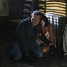 Laurence Fishburne ed Ellen Ross nell'episodio In A Dark, Dark House di CSI: Scena del crimine