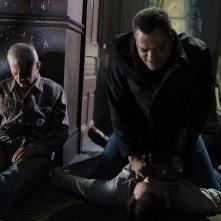 Laurence Fishburne sopra Bill Irwin nell'episodio In A Dark, Dark House di CSI: Scena del crimine