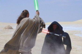 Liam Neeson e Ray Park in una scena de La minaccia fantasma