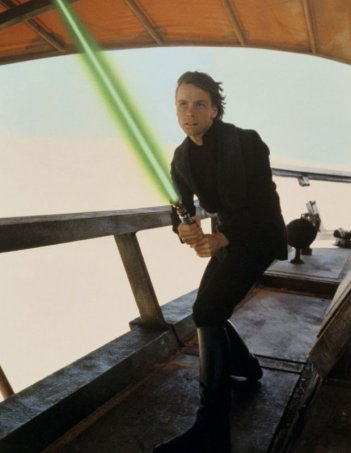 Mark Hamill imbraccia la spada laser ne Il ritorno dello jedi