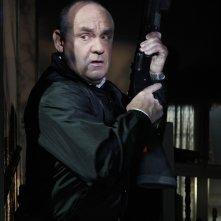 Paul Guilfoyle armato in una scena dell'episodio In A Dark, Dark House di CSI: Scena del crimine