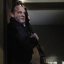 Paul Guilfoyle in tensione in un momento dell'episodio In A Dark, Dark House di CSI: Scena del crimine