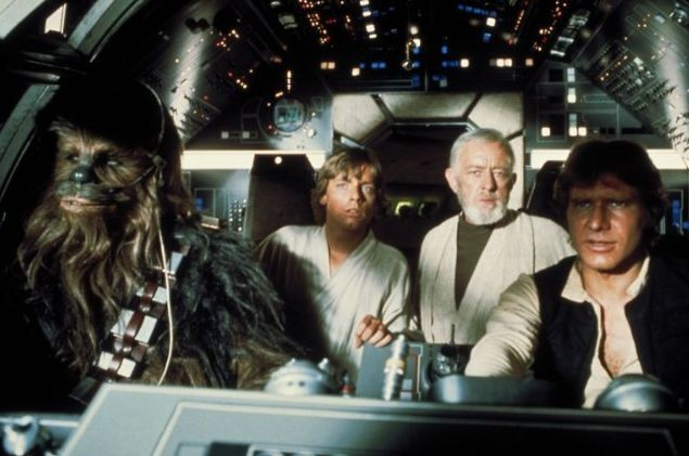 Peter Mayhew, Alec Guinness, Mark Hamill e Harrison Ford in Guerre Stellari