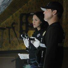Sara (Jorja Fox) e Nick (George Eads) nell'episodio In A Dark, Dark House di CSI: Scena del crimine
