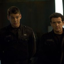 Scott (Brian J. Smith) e Young (Justin Louis) nell'episodio Alliances di Stargate Universe