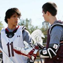 Tyler Posey insieme a Colton Haynes in una scena della serie Teen Wolf