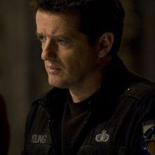 Un preoccupato Young (Justin Louis) nell'episodio Alliances di Stargate Universe