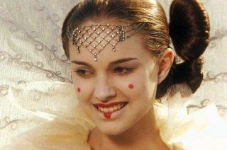 Una giovane e radiosa Natalie Portman è la regina Amidala de La minaccia fantasma