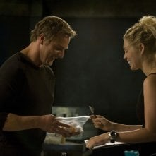 Varro (Mike Dopud) e TJ (Alaina Kalanj) sorridenti nell'episodio Alliances di Stargate Universe