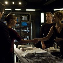 Alaina Kalanj stringe la mano a Kathleen Quinlan nell'episodio Alliances di Stargate Universe