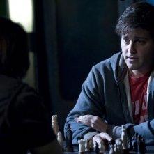Eli (David Blue) gioca a scacchi nell'episodio Hope di Stargate Universe