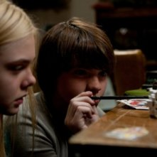 Elle Fanning insieme a Joel Courtney nel film Super 8