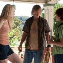 Elle Fanning insieme a Ron Eldard e Joel Courtney nel film Super 8